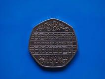 Pièce de monnaie de vingt penny, Royaume-Uni au-dessus de bleu Photographie stock libre de droits