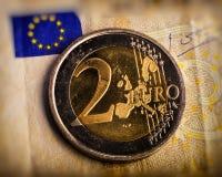 Pièce de monnaie de deux euro Pièce de monnaie sur un denominatio brouillé de pièce de monnaie de fond Photo stock