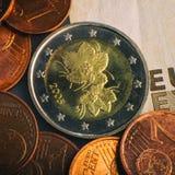 Pièce de monnaie de deux euro Pièce de monnaie sur un denominatio brouillé de pièce de monnaie de fond Photos stock