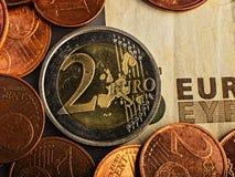 Pièce de monnaie de deux euro Pièce de monnaie sur un denominatio brouillé de pièce de monnaie de fond Photographie stock