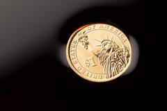 Pièce de monnaie du dollar dans le pétrole brut image libre de droits