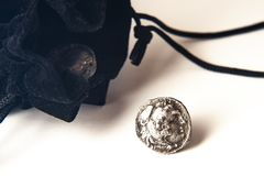 Pièce de monnaie du grec ancien au-dessus de blanc photos stock
