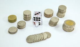 Pièce de monnaie et matrices , Jeu thaïlandais sur le fond blanc Photographie stock libre de droits
