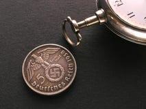 Pièce de monnaie et montre allemandes photographie stock libre de droits