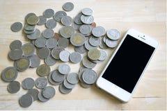 Pièce de monnaie et téléphone Photos libres de droits