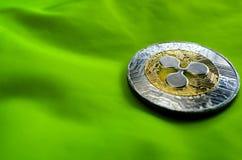 Pièce de monnaie de l'ondulation XRP sur le fond vert images stock