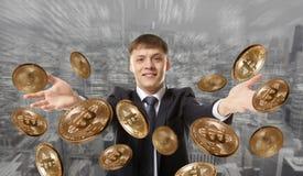 Pièce de monnaie de lancement de bitcoin d'homme d'affaires Images stock