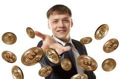 Pièce de monnaie de lancement de bitcoin d'homme d'affaires Photos libres de droits