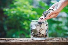Pièce de monnaie de participation de main, affaires et économie financière image libre de droits