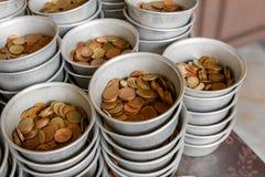 Pièce de monnaie pour le mérite dans les temples Photos stock