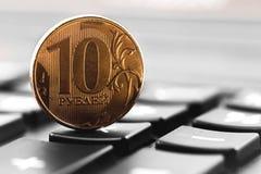 Pièce de monnaie de rouble sur la calculatrice Image libre de droits