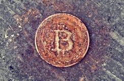 Pièce de monnaie rouillée de bitcoin photographie stock libre de droits