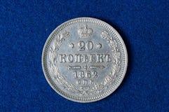 Pièce de monnaie russe argentée sur un fond bleu Images libres de droits