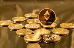 Pièce de monnaie simple d'ethereum ou d'éther au-dessus des bitcoins images libres de droits