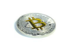 Pièce de monnaie simple de Bitcoin s'étendant sur le fond blanc Images stock