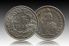 Pièce de monnaie suisse 2 de la Suisse deux argentés du franc 1963 d'isolement sur le fond de gradient image libre de droits