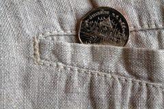 Pièce de monnaie thaïlandaise avec une dénomination du baht cinq dans la poche de pantalon de toile usé Photos libres de droits