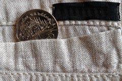Pièce de monnaie thaïlandaise avec une dénomination du baht 5 dans la poche de pantalon de toile avec la rayure noire pour le lab Image stock