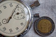 Pièce de monnaie thaïlandaise avec une dénomination du baht dix (arrière) et du chronomètre sur le contexte de lin - fond d'affai Image libre de droits