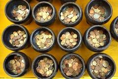 Pièce de monnaie thaïlandaise dans la cuvette de l'aumône de moine bouddhiste photo libre de droits