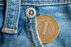 Pièce de monnaie turque avec une dénomination d'une Lire dans la poche de jeans bleu-clair usés de denim Image libre de droits
