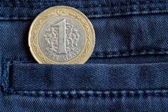Pièce de monnaie turque avec une dénomination d'une Lire dans la poche de jeans bleu-foncé de denim Image stock