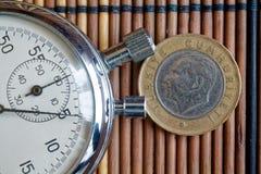 Pièce de monnaie turque avec une dénomination d'un Lire et chronomètre sur la table en bois - arrière Photographie stock libre de droits