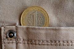 Pièce de monnaie turque avec une dénomination de 1 Lire dans la poche de jeans beiges de denim Photos stock