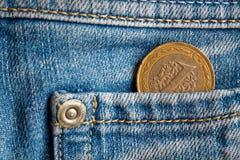 Pièce de monnaie turque avec une dénomination de 1 Lire dans la poche de jeans bleu-clair de denim Photos stock