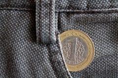Pièce de monnaie turque avec une dénomination de 1 Lire dans la poche de vieux jeans bruns de denim Photographie stock