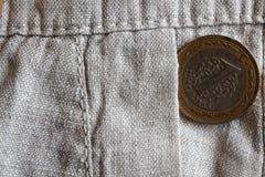 Pièce de monnaie turque avec une dénomination de 1 Lire dans la poche de vieux pantalon de toile Images stock