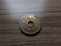 Pièce de monnaie de 5 Yens japonais dans ma main Photos libres de droits