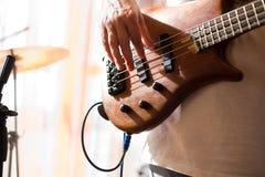 Pièce de musicien sur la guitare basse Images stock