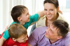 Pièce de parents avec leurs fils Images libres de droits