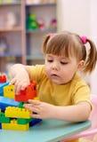 Pièce de petite fille avec des briques de construction dans l'école maternelle Photos libres de droits