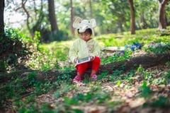 Pièce de petite fille avec la tablette Photo libre de droits