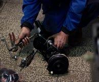 Pièce de réparation d'homme de la voiture Photos stock