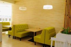 Pièce de restaurant de vintage avec les meubles en bois image stock