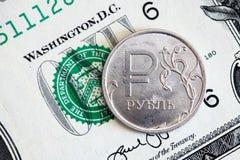 Pièce de rouble russe sur un fond de billet d'un dollar image libre de droits