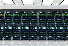 Pièce de serveur dans le datacenter, pièce équipée des serveurs de données Photo libre de droits