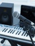 Pièce de studio avec le synthétiseur Photo libre de droits