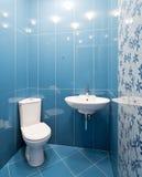 Pièce de toilette dans des couleurs bleues Photos stock