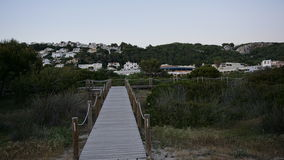 Pièce de touristes de promenade de la mer et de l'Ariel View du fils Bou avec la vue verdâtre de paysage dans Minorca Photo stock