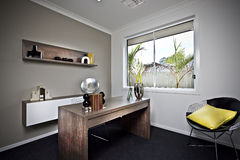 Pièce de travail moderne avec la table en bois et les articles de fantaisie Image libre de droits