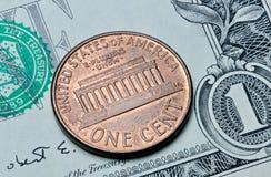 Pièce des USA un cent sur un billet d'un dollar Photos libres de droits