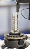 Pièce des véhicules à moteur d'inspection d'opérateur par machi de mesure d'arrondi Images stock