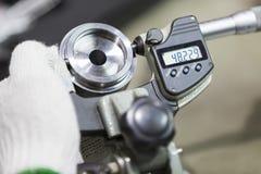 Pièce des véhicules à moteur d'inspection d'opérateur par micromètre Images libres de droits