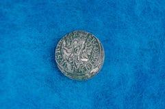 Pièce en argent de vieille rareté sur le tissu de laine bleu Photo libre de droits
