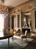 Pièce en bois avec des meubles au palais de Versailles, France Image stock