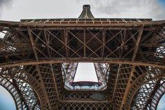 Pièce en gros plan d'élément de Tour Eiffel à Paris contre le ciel crépusculaire dramatique à l'heure d'été de soirée Photos libres de droits
